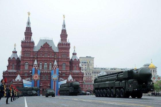 """AFP/""""Scanpix"""" nuotr./Kariniame parade pademonstruotos Rusijos """"Topol"""" balistinės raketos"""