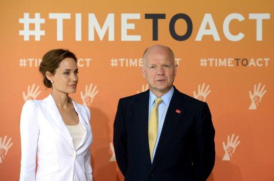 "AFP/""Scanpix"" nuotr./Angelina Jolie ir Williamas Hague'as"