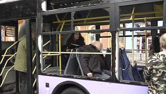 """""""Reuters""""/""""Scanpix"""" nuotr./Donecke artilerijos sviedinys pataikė į troleibusų stotelę."""
