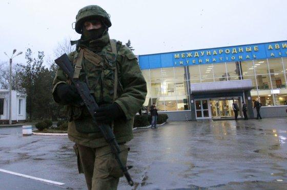 """""""Reuters""""/""""Scanpix"""" nuotr./Ginkluotas vyras prie Simferopolio oro uosto"""