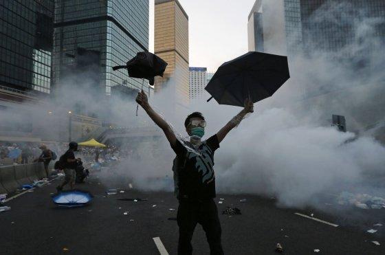 """""""Reuters""""/""""Scanpix"""" nuotr./Honkonge protestuotojai buvo vaikomi panaudojus ašarines dujas."""