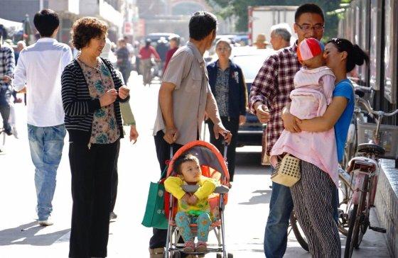 """AFP/""""Scanpix"""" nuotr./Į gatvę žemės drebėjimo metu išbėgę miesto gyventojai."""