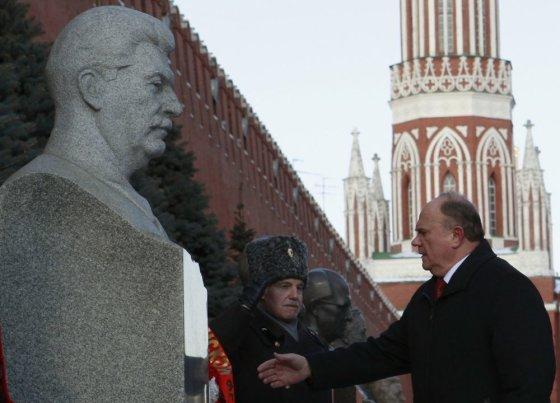 """""""Reuters""""/""""Scanpix"""" nuotr./Komunistų partjos lyderis Gennadjus  Zyuganovas padėjo gėlių prie Josifo Stalino kapo"""