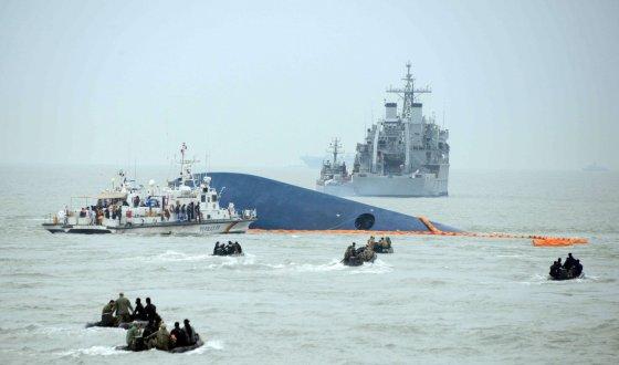 """AFP/""""Scanpix"""" nuotr./Pietų Korėjoje nuskendus keltui ieškomi dingę žmonės"""