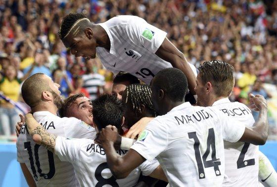 """AFP/""""Scanpix"""" nuotr./Prancūzijos futbolininkai džiaugiasi įvarčiu"""