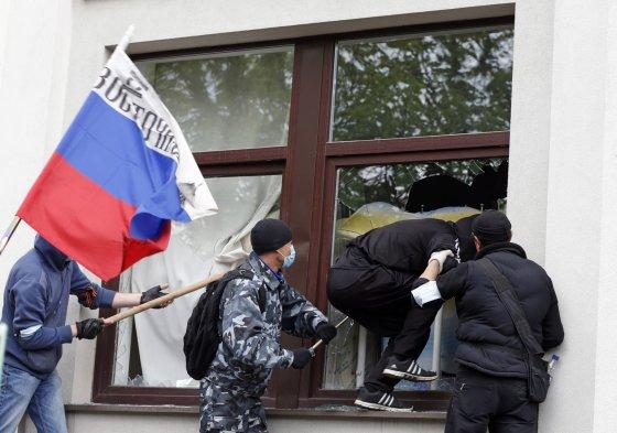 """""""Reuters""""/""""Scanpix"""" nuotr./Prorusiški riaušininkai Luhanske"""