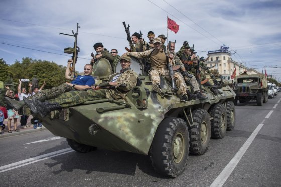 """""""Reuters""""/""""Scanpix"""" nuotr./Prorusiškų teroristų paradas Luhanske"""