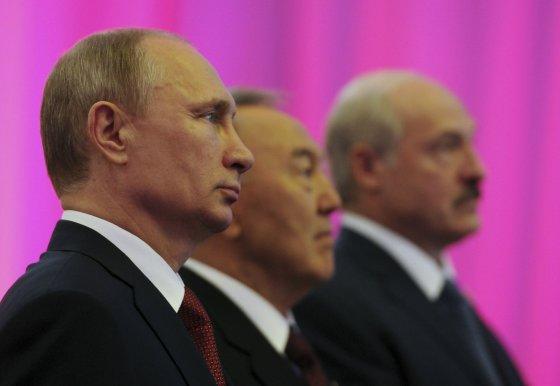 """""""Reuters""""/""""Scanpix"""" nuotr./Rusijos prezidentas Vladimiras Putinas, Kazachstano prezidentas Nursultanas Nazarbajevas ir  Baltarusijos prezidentas Aliaksandras Lukašenka"""