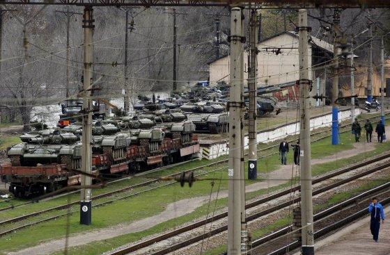 """""""Reuters""""/""""Scanpix"""" nuotr./Rusų tankai Krymo šiaurėje"""
