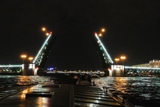 Violetos Grigaliūnaitės nuotr./Pakeliami tiltai jau nuo seno yra vienas iš Peterburgo simbolių.