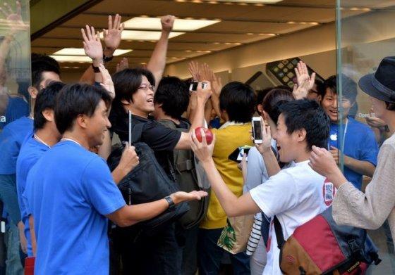 """AFP/""""Scanpix"""" nuotr./Tokijuje klientai skuba įsigyti """"iPhone 5s"""""""