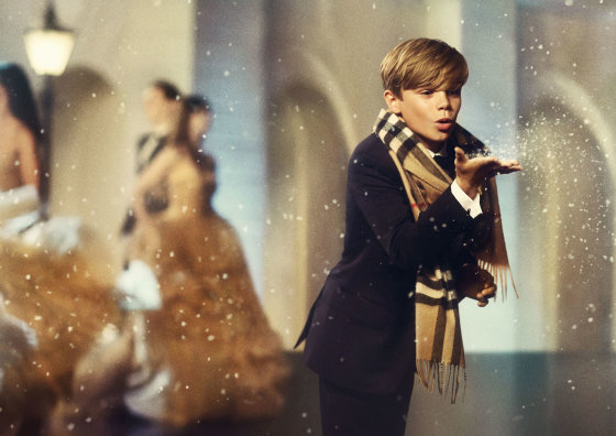 """""""Burberry"""" nuotr./Romeo Beckhamas kalėdinėje """"Burberry"""" reklamoje"""