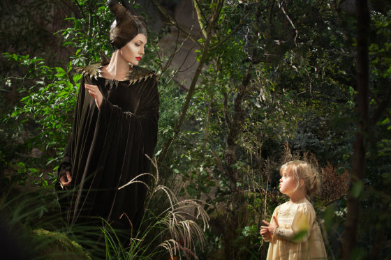 "Kadras iš filmo/Angelina Jolie su dukra Vivienne filme ""Piktadarės istorija"""