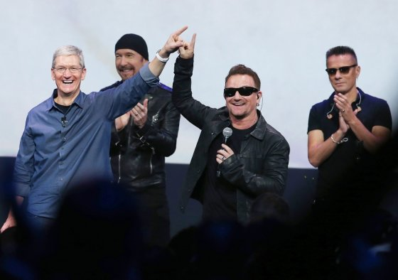 "AFP/""Scanpix"" nuotr./""Apple"" vadovas Timas Cookas su grupe U2"