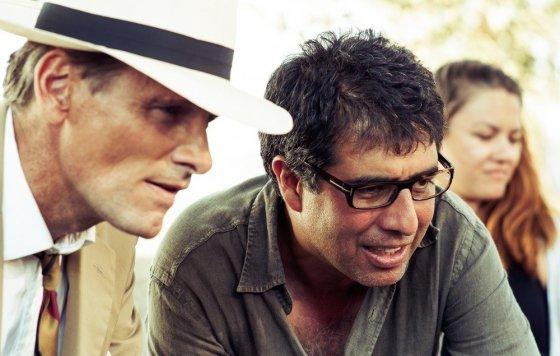 """""""ACME Film"""" archyvo nuotr./Viggo Mortensenas su filmo """"Apsimetėlis, sukčius ir dama"""" režisieriumi Hosseinu Amini"""