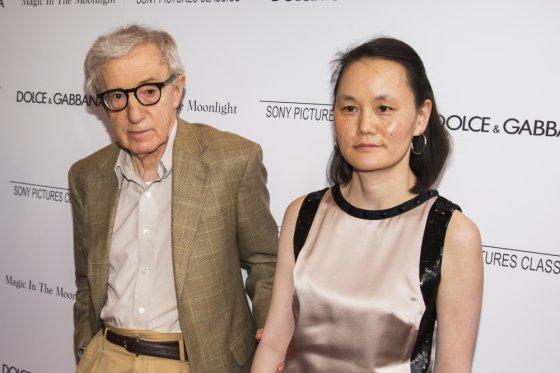 """""""Reuters""""/""""Scanpix"""" nuotr./Woody Allenas su žmona Soon-Yi Previn"""
