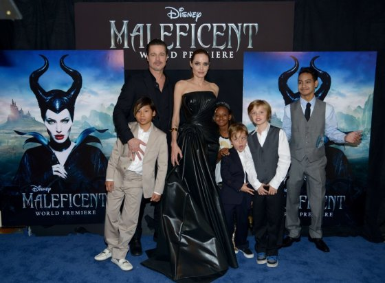 """AFP/""""Scanpix"""" nuotr./Bradas Pittas ir Angelina Jolie su vaikais (iš kairės) Paxu, Zahara, Knoxu, Shiloh ir Maddoxu"""