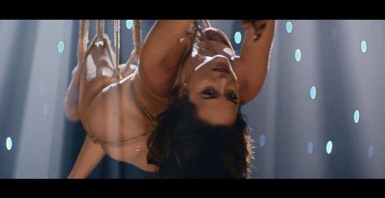 """Kadras iš vaizdo klipo/Dakota Johnson dainos """"Earned It"""" vaizdo klipe"""