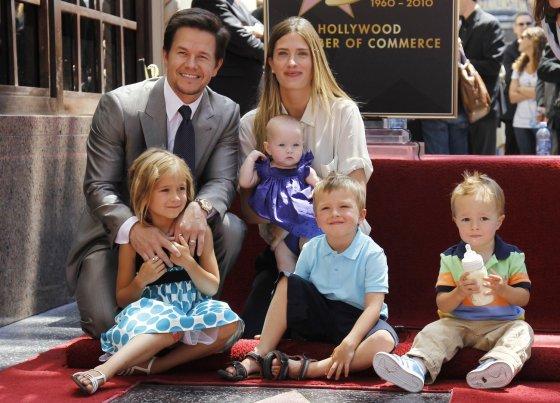 """Reuters""/""Scanpix"" nuotr./Markas Wahlbergas su žmona Rhea Durham ir vaikais Ella, Michaelu, Brendanu bei Grace"