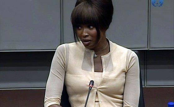 """AFP/""""Scanpix"""" nuotr./Naomi Campbell liudija teisme dėl deimanto, kurį gavo iš Charleso Tayloro"""