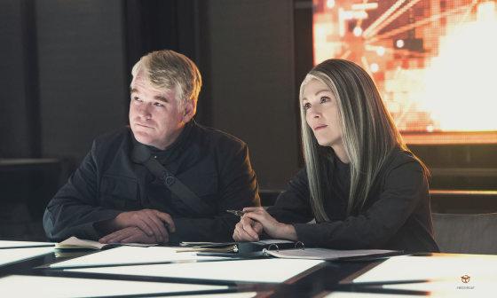 """Kadras iš filmo/Philipas Seymouras Hoffmanas ir Julianne Moore filme """"Bado žaidynės: Strazdas Giesmininkas. 1 dalis"""""""