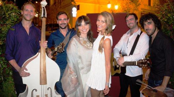 """Asmeninio albumo nuotr./Ella Tatarinova ir Šveicarijoje gyvenanti dainininkė Ginta Biku su grupe """"The Wingmen Band"""""""