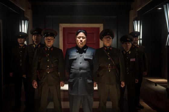 """Kadras iš filmo/Šiaurės Korėjos diktatorių Kim Jong-Uną filme """"Interviu"""" vaidina Randallas Parkas"""