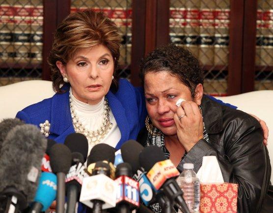 """AFP/""""Scanpix"""" nuotr./Teisininkė Gloria Allred ir viena iš Billo Cosby aukų Chelan"""