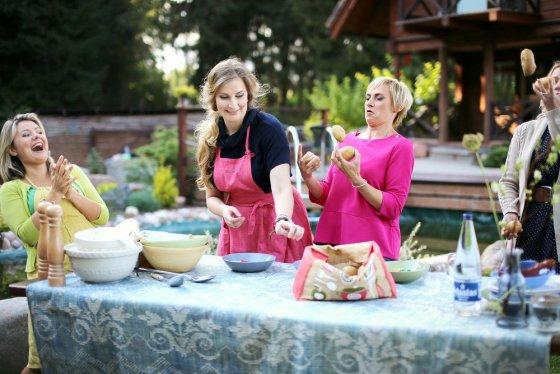 """TV3 nuotr./Beata Nicholson, Aušra Štukytė ir Vitalija Mockevičiūtė laidoje """"Beatos virtuvės"""""""
