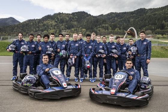 """Organizatorių nuotr./2014-ų metų """"Red Bull Kart Fight"""" dalyviai"""