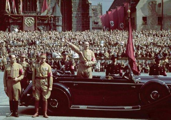 """Gatsbyonline.com nuotr./Adolfas Hitleris vežamas """"Mercedes-Benz"""" kabrioletu"""