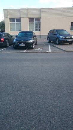 Negi neįgaliųjų ženklas panašus į BMW statymo vietos ženklą?
