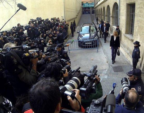 """AFP/""""Scanpix"""" nuotr./Princesę Cristiną pasitiko būrys protestuotojų ir žurnalistų"""
