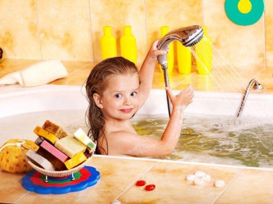 123rf.com nuotr./Mergaitė maudosi