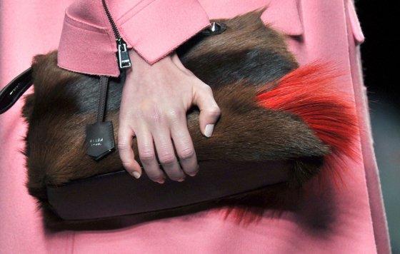 """AFP/""""Scanpix"""" nuotr./""""Fendi"""" 2014-2015 m. rudens-žiemos kolekcija Milano mados savaitėje."""