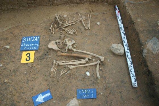 Karolio Duderio nuotr. / Mirusysis palaidotas miego pozoje, t.y. ant nugaros, sulenktomis kojomis ir rankomis, o plaštakos padėtos po galva.