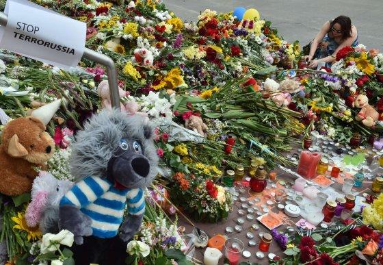 """AFP/""""Scanpix"""" nuotr./Gėlės nešamos prie Nyderlandų ambasados Kijeve"""
