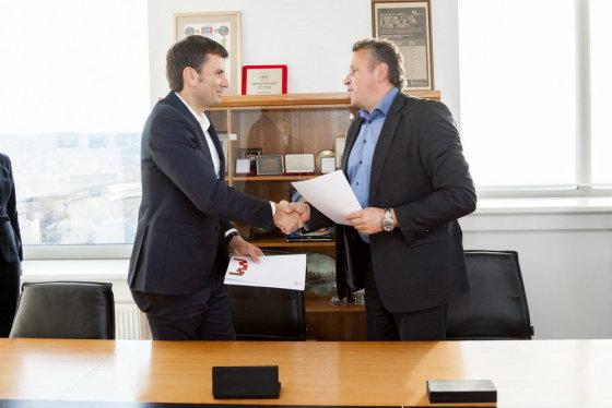 Vilniaus m. sav. nuotr./Sutartį pasirašė Darius Žakaitis ir Valdas Klimantavičius