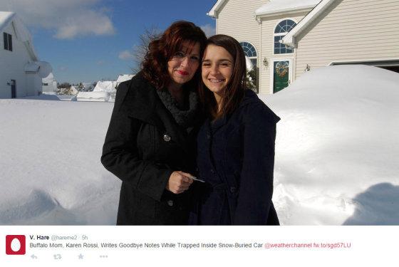 """""""Twitter"""" nuotr./Vos po sniegu nepalaidota Karen Rossi su dukra"""