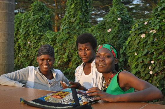 M.Vadišio nuotr./Bobby, ką tik iš ligoninės po operacijos paleistas nigerietis draugas Farukas ir Esthera