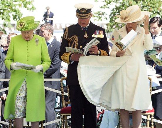 """""""Reuters""""/""""Scanpix"""" nuotr./Didžiosios Britanijos karalienė Elizabeth II, Velso princas Charlesas ir Kornvalio hercogienė Camilla Normandijoje"""