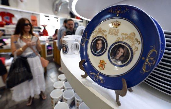 """""""Scanpix"""" nuotr./Ispanijoje jau pardavinėjami suvenyrai su naujosios karališkos poros atvaizdais"""