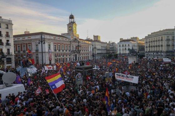 """AFP/""""Scanpix"""" nuotr./Ispanijos karaliui atsisakius sosto į Madrido gatves išėjo antimonarchistai"""