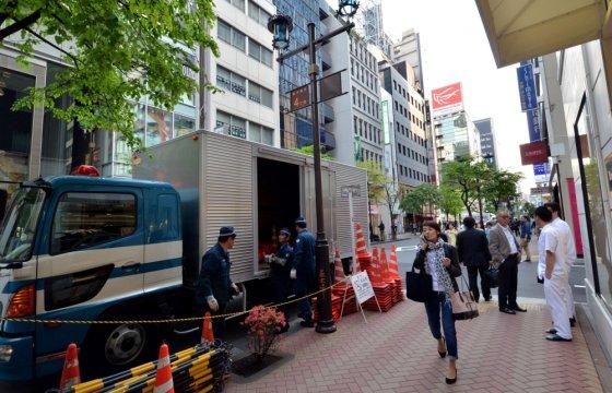 """AFP/""""Scanpix"""" nuotr./Laukiant Baracko Obamos vizito ribojamas eismas prie Tokijo sušių restorano Sukiyabashi Jiro"""