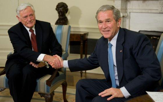 """""""Scanpix"""" nuotr./Lietuvos prezidentas Valdas Adamkus ir JAV vadovas George\'as W.Bushas Vilniuje 2002-aisiais"""