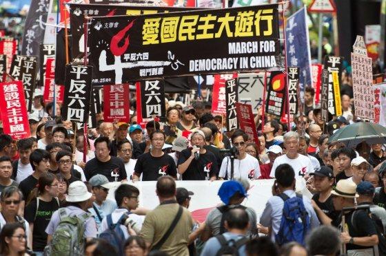 """AFP/""""Scanpix"""" nuotr./Mitingas Honkonge, vieninteliame Kinijos mieste, kur bus paminėtas Tiananmenio aikštės žudynių 25-metis"""