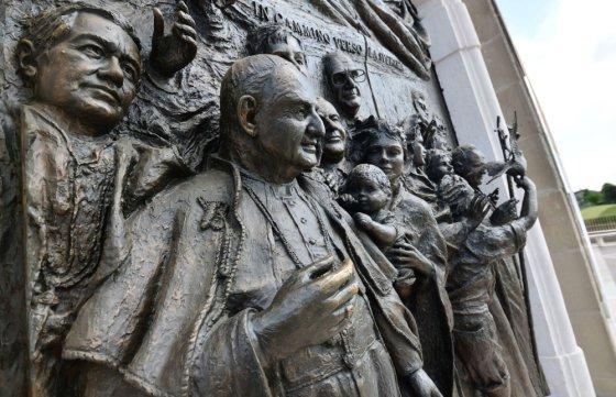 """""""Scanpix"""" nuotr./Popiežiaus Jono XXIII atvaizdas Šv. Jono bažnyčios duryse"""