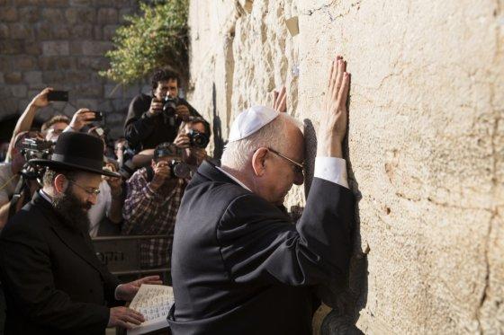 """AFP/""""Scanpix"""" nuotr./Reuvenas Rivlinas prie Raudų sienos"""