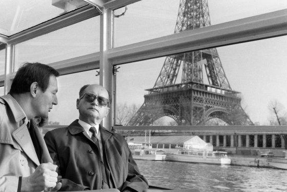 """AFP/""""Scanpix"""" nuotr./Wojciechas Jaruzelskis (dešinėje) Paryžiuje 1984-aisiais"""