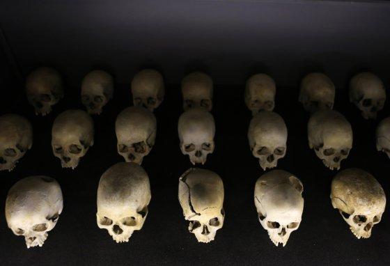 """""""Scanpix"""" nuotr./Žmonių kaukolės Kigalio genocido memorialiniame centre"""